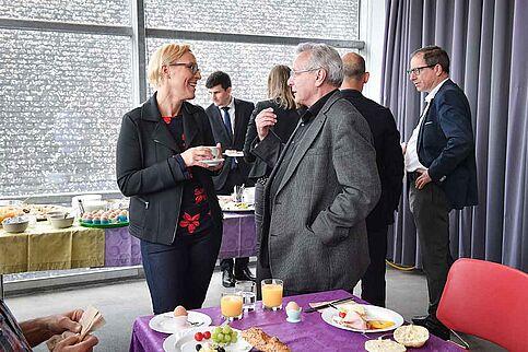 Gespraeche bei der Breakfast Session in Linz